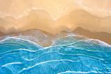 mare azzurro in spiaggia vista dall'alto - 238523748