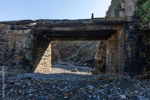 Most Dyke w ruinie w kierunku starej elektrowni na Ilot du Diable w Roscanvel (Finistère, Francja)