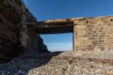 Pont digue en ruine vers une ancienne usine électrique sur l'Îlot du Diable à Roscanvel (Finistère, France) © Thomas Pajot