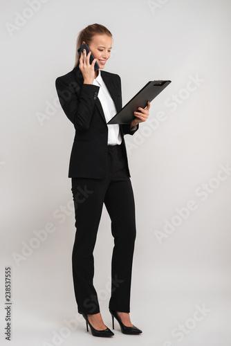Pełna długość pewna młoda kobieta biznesu