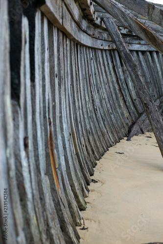 intérieur d'une carcasse de bateau échoué dans le sable - 238542584