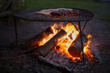 ognisko i pieczenie kiełbasek