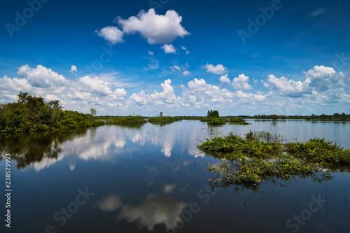 See mit Wolkenspiegelung