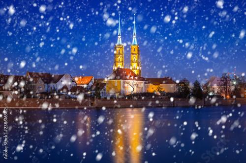 Stare miasto Wrocław w mroźną zimową noc z padającym śniegiem, Polska