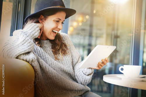 Foto Murales Attractive brunette with tablet in modern cafe