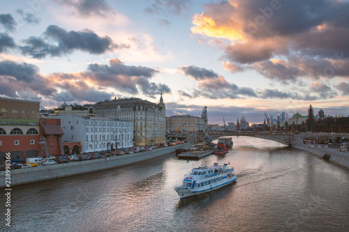 Foto Murales Beautiful sunset over Moskva river and a touristic boat cruising