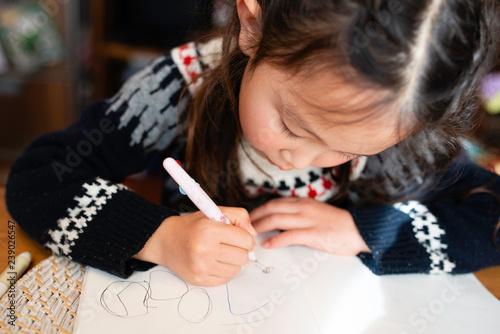 落書きをする女の子