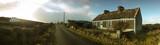 Eine alte kleine Strasse in Irland im County Clare. Rechts ein altes verfallenes Haus wie man sie ueberall in Irland findet. Das wetter ist typisch irisch, bewoelkt und trueb.