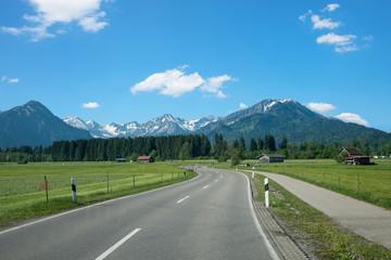 kurvige Landstraße von Rubi nach Oberstdorf im Allgäu