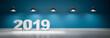 2019 vor blaugrüner Wand mit 5 Lampen  - 239497580