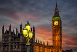 Nahaufnahme des Big Ben Turmes in Westminster in London am Abend nach Sonnenuntergang - 239558761