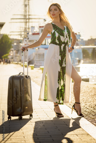 obraz PCV Fashion model traveling to new city