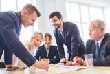 Geschäftsleute im Teambuilding Workshop - 239807793