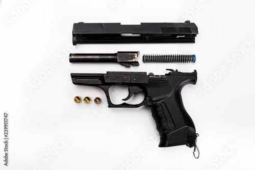 Czyszczenie pistoletu.  Broń rozłożona na części, zamek, szkielet, lufa, magazynek, urządzenie powrotne,