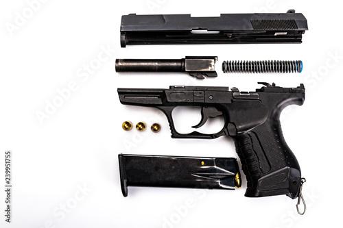 Konserwacja pistoletu. Broń rozłożona na części, zamek, szkielet, lufa, magazynek, urządzenie powrotne,