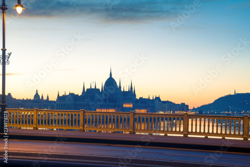mata magnetyczna Hungarian Parliament early morning view from the bridge