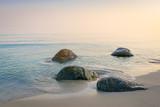 Sonnenaufgang am Strand mit Nebel - 239981326