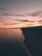 Quadro Bellissimo cielo al tramonto infuocato con nuvole arancione e rosso in riva all'oceano calmo. Vista aerea