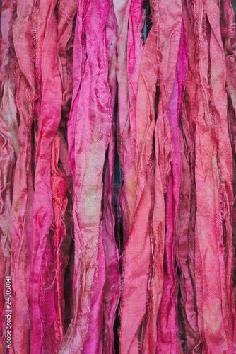 Fond de rubans de soie rose. Texture. Prise de vue rapprochée, macrophotographie.