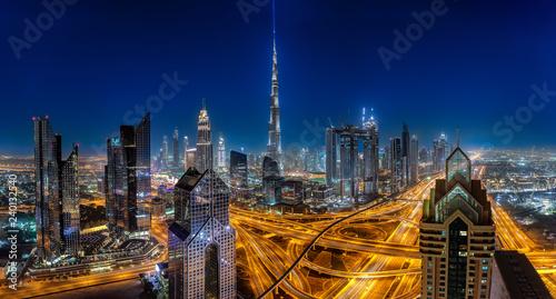 Panoramablick auf die hell beleuchtete Skyline von Dubai bei Nacht