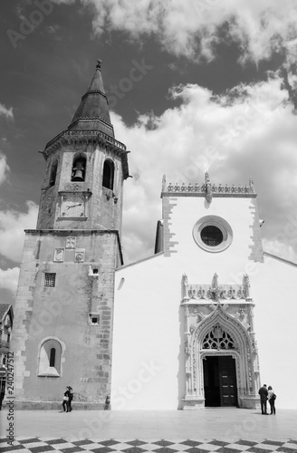 mata magnetyczna Main square of medieval town Tomar (Portugal). Tourists near Church of Saint John the Baptist. Black and white photo.