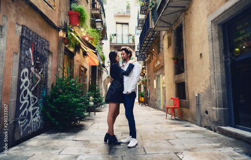 mata magnetyczna Una pareja feliz y enamorada interracial en las calles de Barcelona pasando un día bonito.