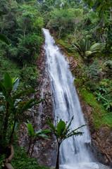 Wasserfall im tiefen Dschungel von Thailand © marc