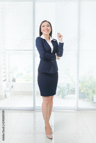 Foto Murales Fullbody of asian businesswoman standing in bright office