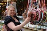 Frau mit traditionellem Trachtenkleid auf einem Volksfest - 240734925