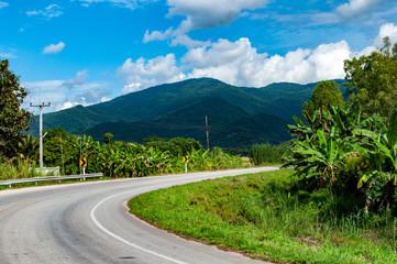 Landstraße in einer Berglandschaft - Thailand © marc