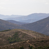Ausblick über weite Berglandschaft - 240793154