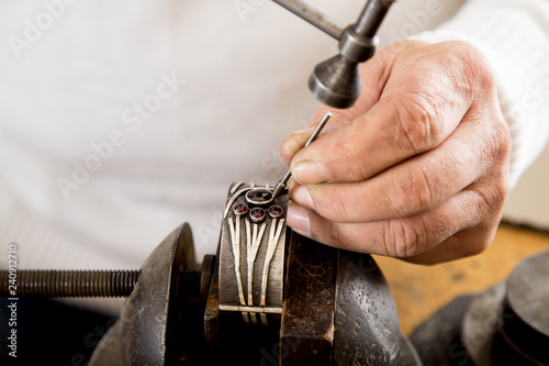 Złotnik w pracowni jubilerskiej wykonuje biżuterię. © doroguzenda
