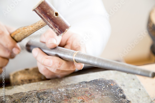 Złotnik przy pracy. Pracownia jubilerska. Rękodzieło złotnicze.   © doroguzenda