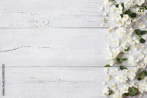 Foto Murales White wooden background with white spring flowers