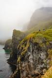 Bellísimo paisaje de acantilado en la costa irlandesa, en una tarde de niebla