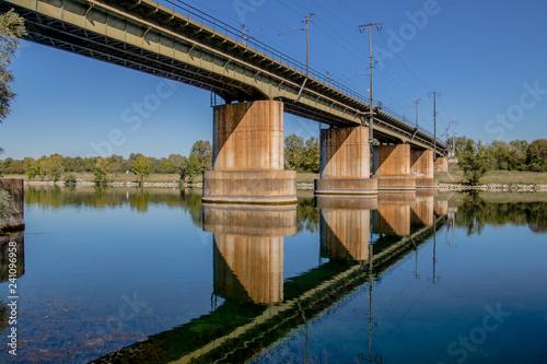 obraz lub plakat Eisenbahnbrücke über die Donau am Kaisermühlendamm in Wien, Österreich