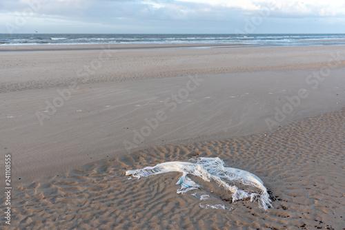 Plastikmüll am Strand in Blavand, Dänemark