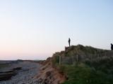 Junge Frau genießt die Aussicht am Strand von Strandhill bei Sonnenuntergang im County Sligo am Wild Atlantic Highway in Irland
