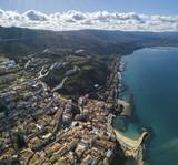 Vista aerea di Pizzo Calabro, molo, castello, Calabria, turismo Italia. Vista panoramica della cittadina di Pizzo Calabro vista dal mare. Case sulla roccia. Castello aragonese