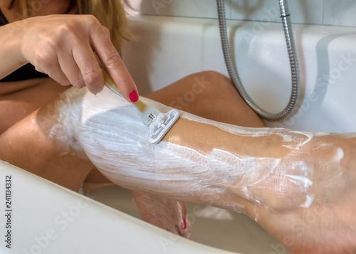 Donna Si Rade Nella Vasca Da Bagno Buy Photos Ap Images Detailview