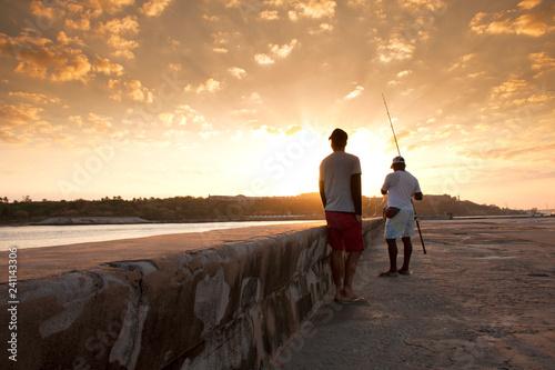 obraz PCV Personas pescando al amanecer en el Malecón de La Habana Cuba