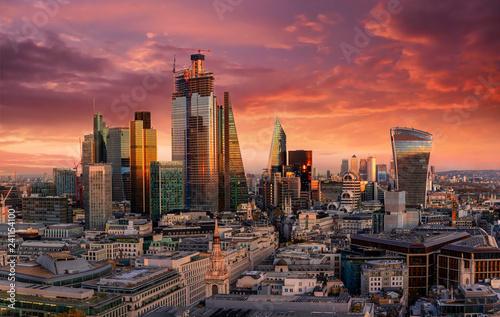 Der Finanzbezirk City von London mit den Banken und Wolkenkratzern bei einem roten Sonnenuntergang, Großbritannien
