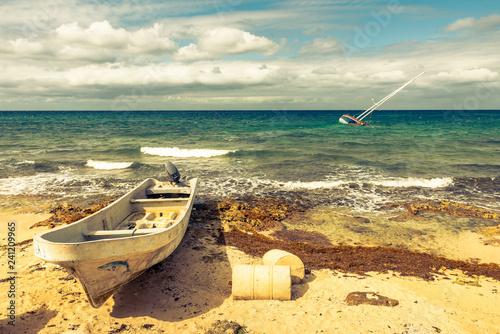 Strand mit Boot in der Karibik - 241209965