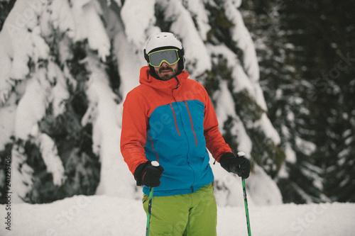 mata magnetyczna Extreme skier in powder snow