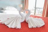 Überraschung in Hotelsuite - Schwäne in Herzform - 241304147