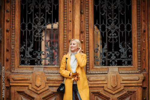 mata magnetyczna Beautiful elegant woman standing in the street in autumn , Fall concept