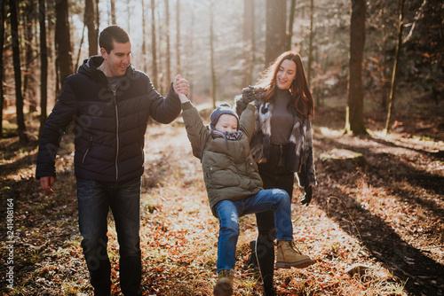 Leinwanddruck Bild Family in nature