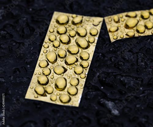 Goldfolie mit Wassertropfen - 241449371