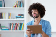 Hipster liest Ebook mit Tablet