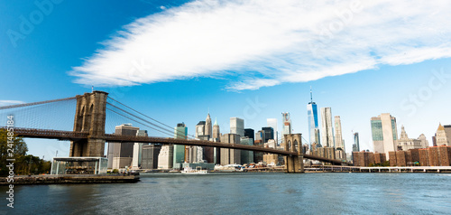 mata magnetyczna Manhattan skyline with the Brooklyn bridge and the One World Trade Center in the background during a sunny day in New York, USA.